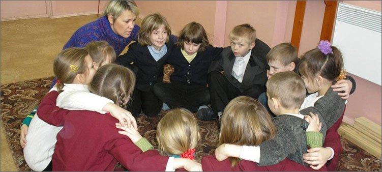 дети-обнимаются-после-занятий