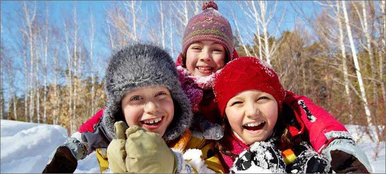 дети-валяются-в-снегу