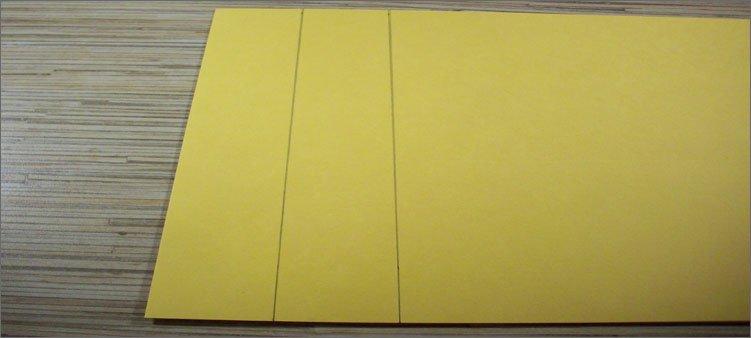 на-желтом-картоне-начерчены-полоски