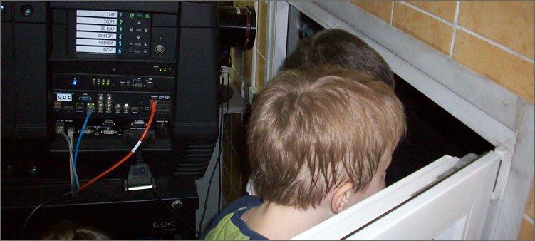 дети-смотрят-кино-из-рубки-кинооператора