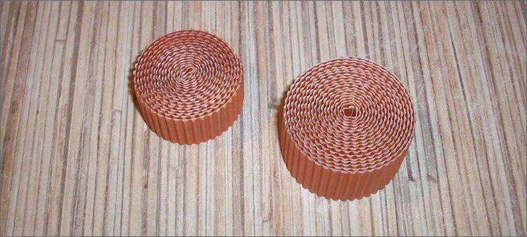 два-рулончика-из-гофрированного-картона