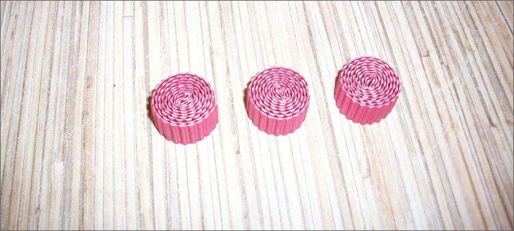 три-красных-рулончика-из-картона
