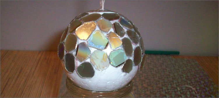 обклеиваем-шар-зеркальными-кусочками