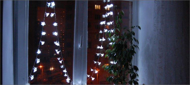елки-из-гирлянд-на-окне