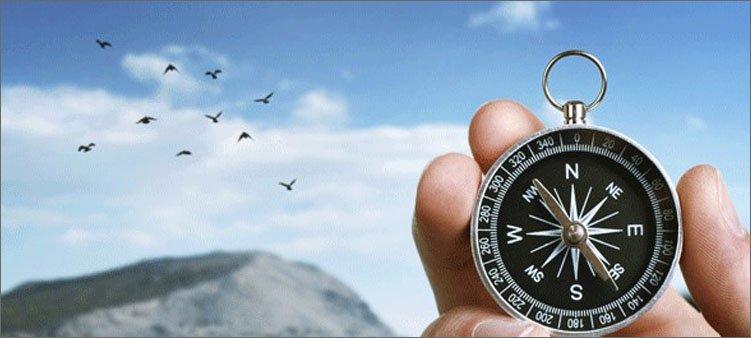 компас-в-руке-и-птицы