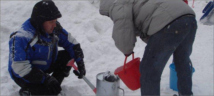 мужчины-зимой-наливают-воду-в-лейку
