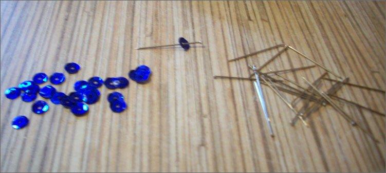 синие-пайетки-и-булавки-гвоздики