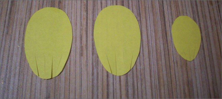 вырезаем-из-желтой-бумаги-крылья-и-хвост