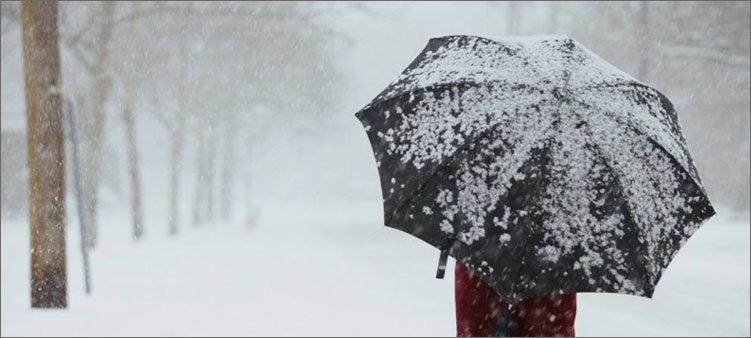 человек-с-зонтиком-идет-под-снегом