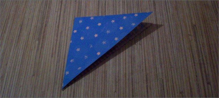 треугольник-из-бумаги-сложен-пополам
