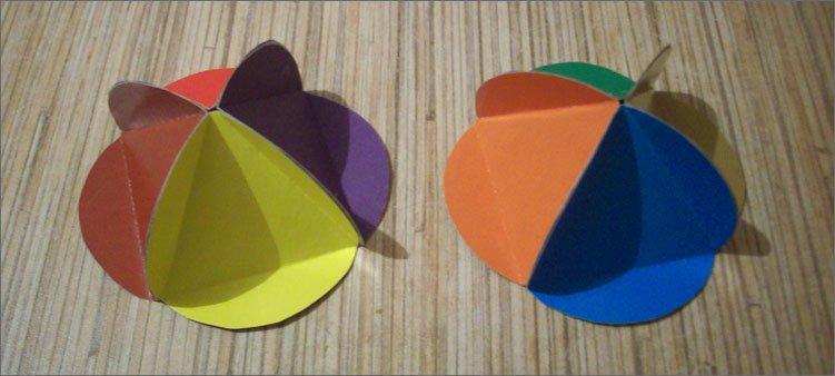 два-колпачка-из-цветного-картона