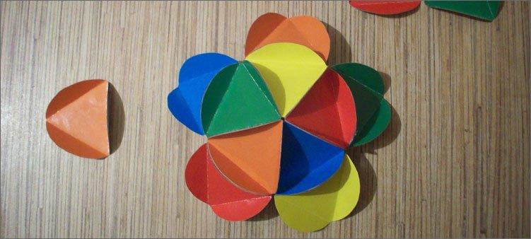 приклеены-пять-деталей-из-цветного-картона
