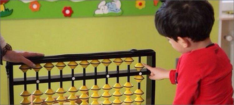 мальчик-учится-считать-на-абакусе