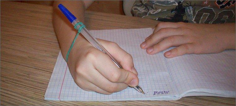 правильно-держим-ручку-с-резинкой
