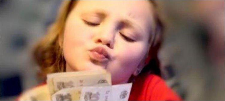 девочка-любуется-на-деньги
