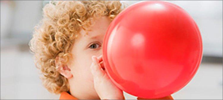 мальчик-надувает-шарик
