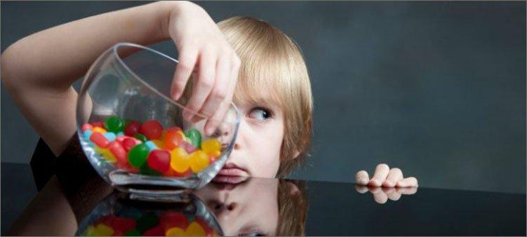 мальчик-ворует-конфеты-из-вазы