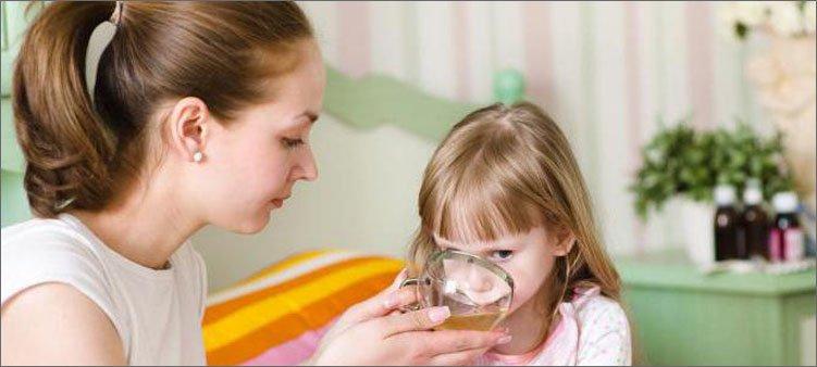 мама-поит-больную-дочь