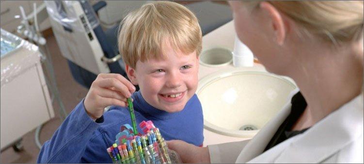 стоматолог-дарит-подарок-ребенку