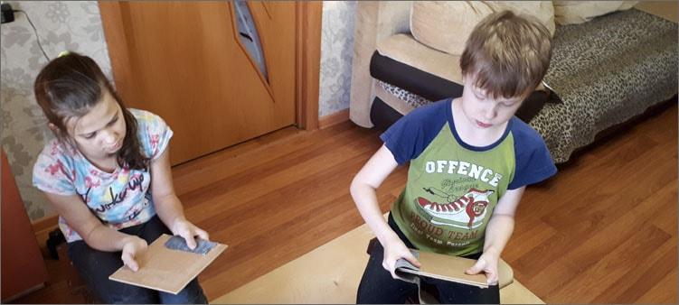 дети-шкурят-фанеру