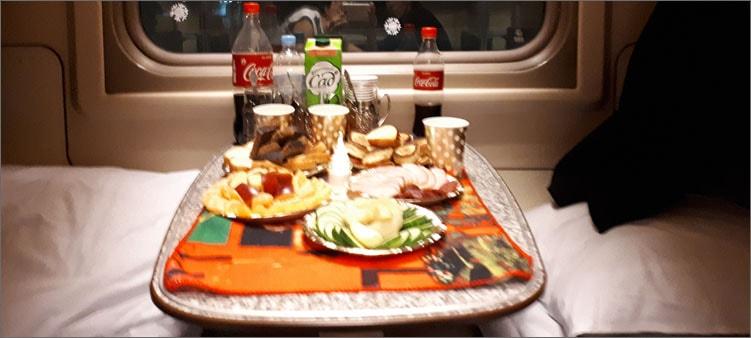 новогодний-стол-в-поезде