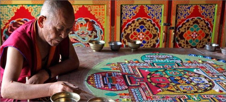 монах-рисует-мандалу-песком