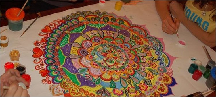 люди-рисуют-мандалу