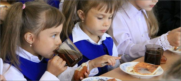дети-едят-в-столовой