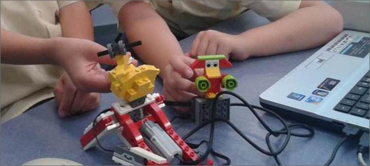 дети-играют-с-роботами