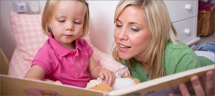 мама-читает-малышке