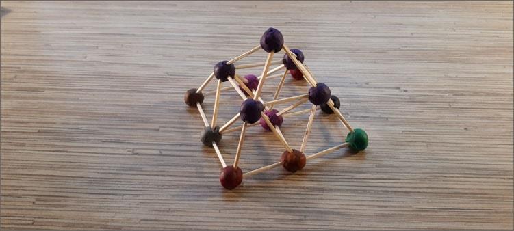 пирамида-из-самодельного-конструктора