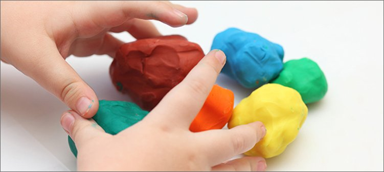детские-руки-лепят-из-пластилина