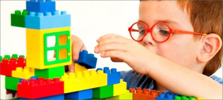 мальчик-играет-в-конструктор