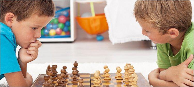 мальчики-играют-в-шахматы