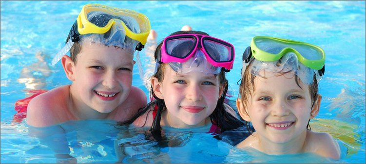 дети-плавают-в-бассейне