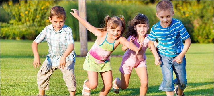 дети-бегут-по-траве