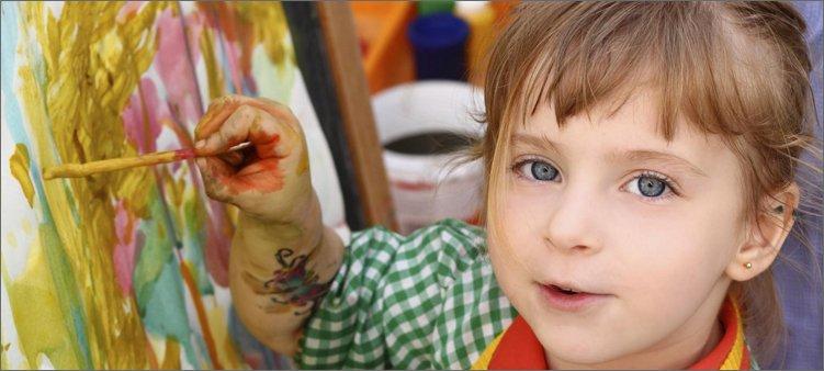 девочка-рисует-красками