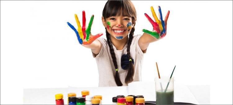 у девочки-руки-в-краске