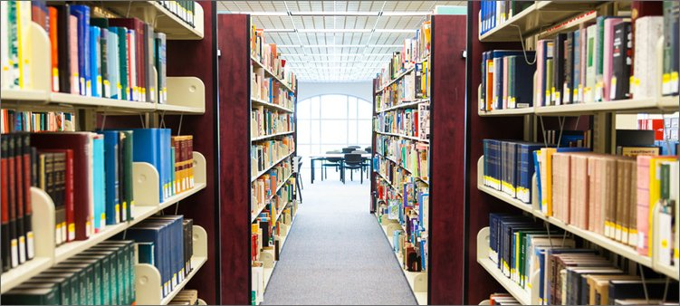 книжные-полки-с-книгами-в-магазине