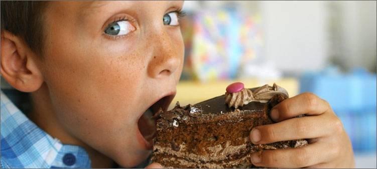 мальчик-ест-пироженое