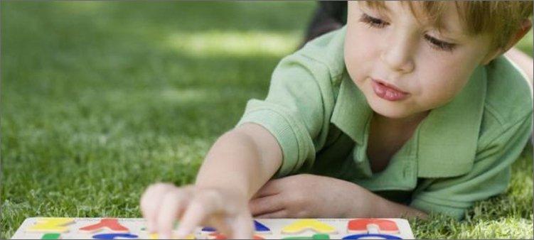 мальчик-занимается-с-магнитной-азбукой