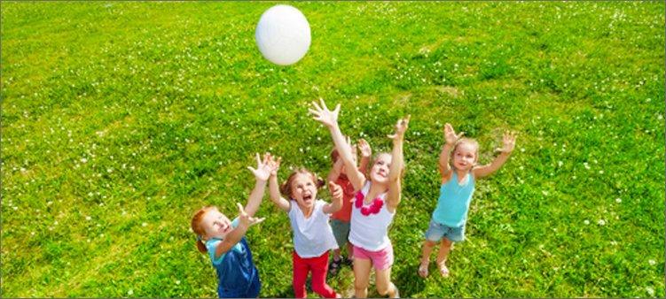 дети-на-лугу-играют-в-мяч