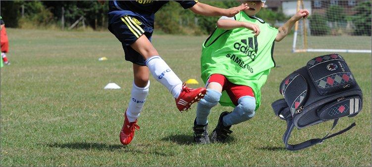 мальчики-играют-в-футбол-рюкзаком