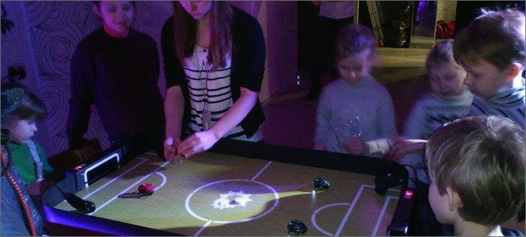 дети-играют-в-хоккей-электронными-жучками
