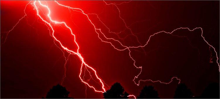 красная-молния-на-темном-небе