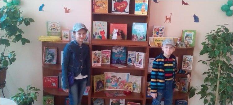 мальчик-и-девочка-у-полки-с-книгами-в-библиотеке