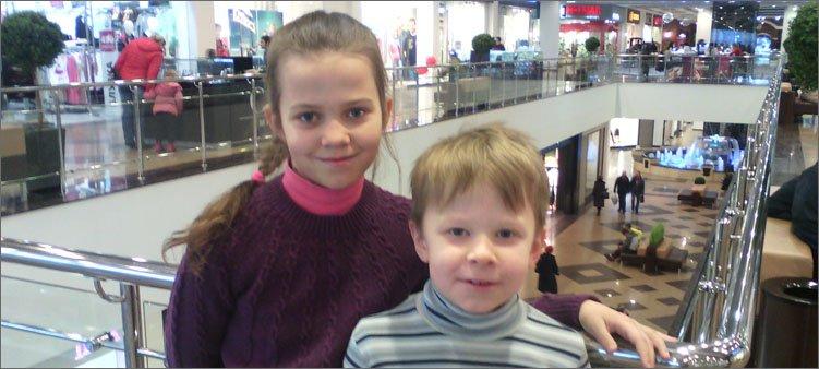 мальчик-и-девочка-в-торговом-центре