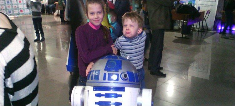 мальчик-и-девочка-с-роботом-r2d2