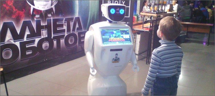 мальчик-разговаривает-с-роботом