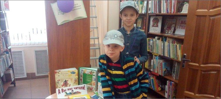 девочка-и-мальчик-в-библиотеке